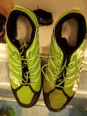 056a2e926c6f A cipő tisztításának fokozatai - sima zuhannyal szappan nélkül és  körömkefével mosószappannal mosás közti különbség