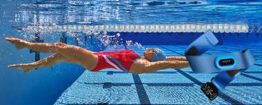 Uszáshoz javasoljuk a Garmin Swim szívritmus jeladó használatát